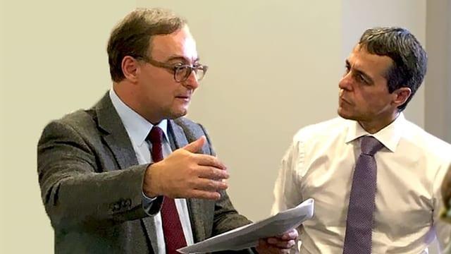 Sacha Zala (saneser) discurra cun il cussegl federal Ignazio Cassis.