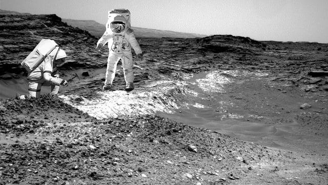 Zwei Astronauten auf dem Mars arbeiten.