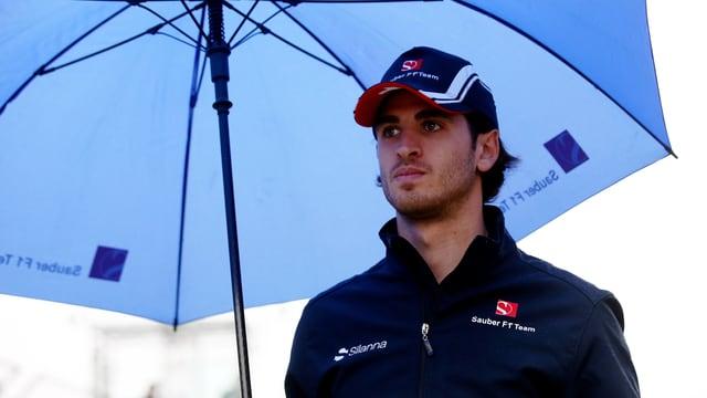 Sauber-Ersatzfahrer Antonio Giovinazzi unter einem Regenschirm