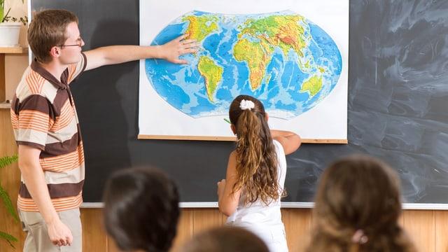 Ein Lehrer unterrichtet Schulkinder