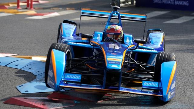 Ein Formel E Rennwagen auf einer Rennstrecke