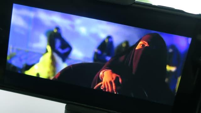 Frau im Niqab im Autoscooter.
