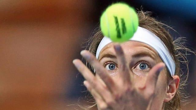 Grossaufnahme von Stefanie Vögeles Kopf, wie sie den Ball aufwirft.