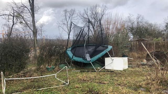 Trampolin von Sturm beschädigt in Garten