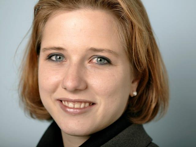 Ein Porträt der jungen Christa Markwalder.
