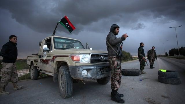 Checkpoint vor Bengasi mit bewaffneten Sicherheitsmännern.
