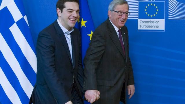 Alexis Tsipras tegna il maun da Jean-Claude Juncker