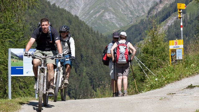velocipedists e viandants en la Val Sinestra