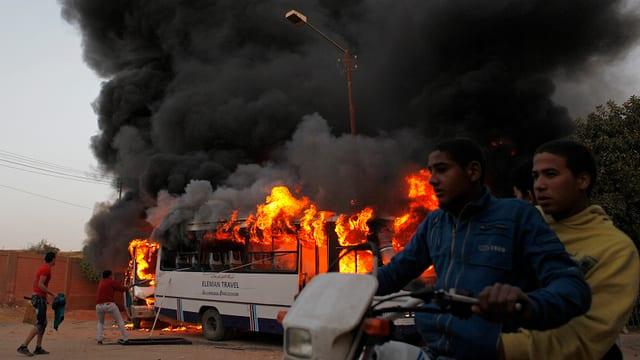 Ein brennender Bus.