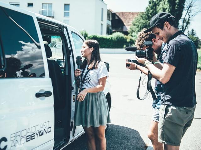 Kameraleute und SRF-Bus.