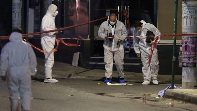 Anti-Terroreinheiten der griechischen Polizei untersuchten am 1. November den Tatort.