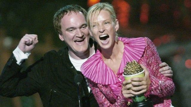 Quentin Tarantino feiert mit Preisträgerin Uma Thurman den Sieg bei den MTV Movie Awards 2004.
