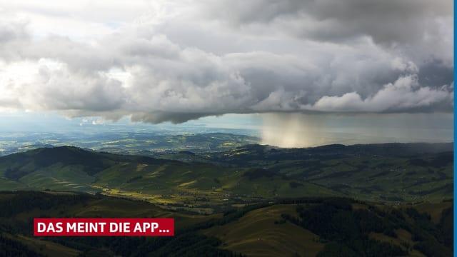 Hügellandschaft, teils mit Sonnenschein, teils mit Regenvorhang.