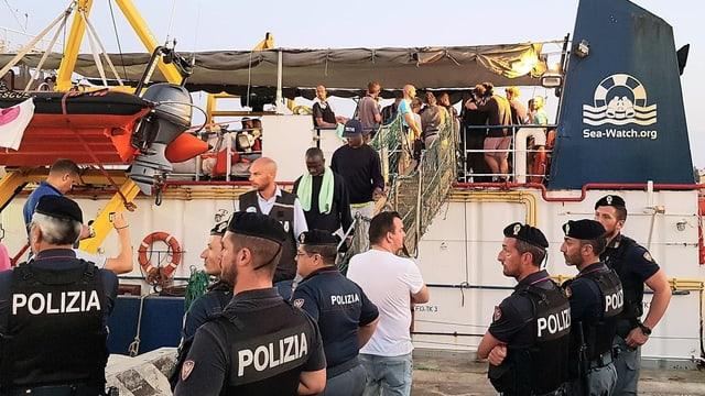 Am 29. Juni legt die Sea Watch in Lampedusa an.