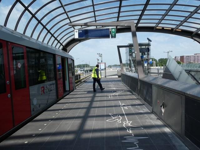 Bahnsteig mit Waggons an der Endstation Noord.