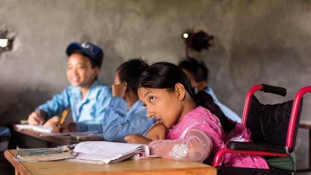 Ein Mädchen in Nepal kann dank deiner Spende mit ihrem neuen Rollstuhl in die Schule gehen