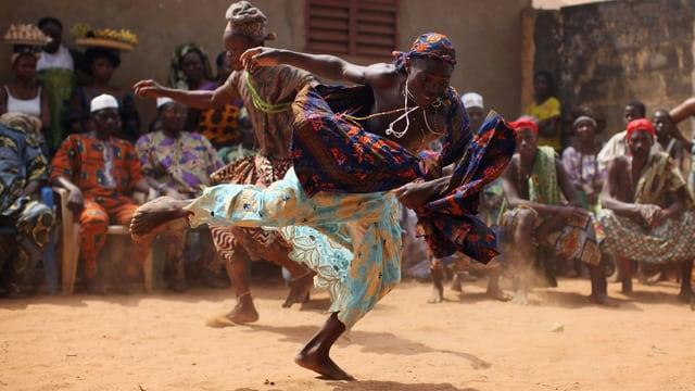 Ninssouhoue Tänzer performen an einer Voodoo-Zeremonie in Ouidah, Benin.