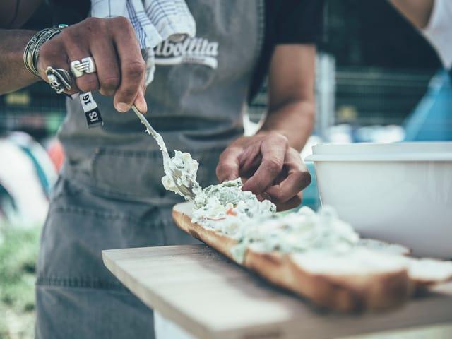 Veggiepaste wird aufs Brot geschmiert