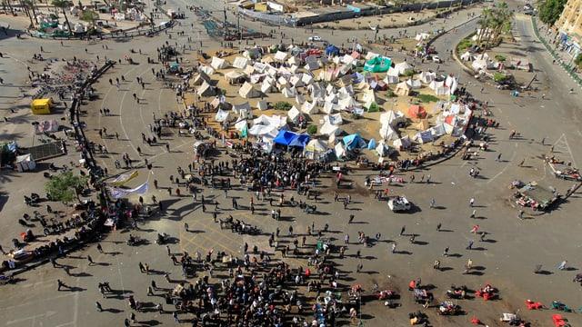 Die Oppositionellen harren auf dem Tahrir-Platz in Kairo aus. (reuters)