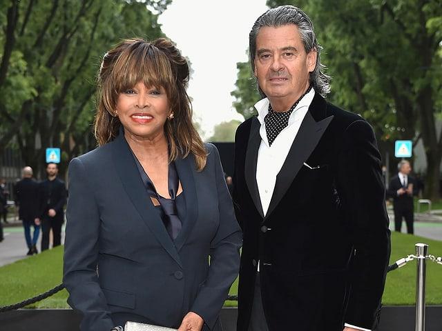 Tina Turner und Erwin Bach nebeneinander stehend.