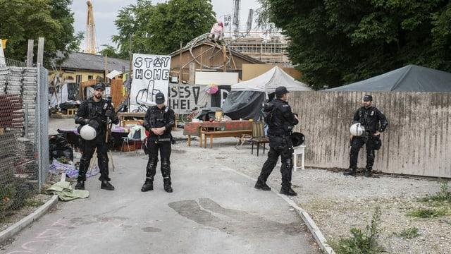 Polizisten vor Juchareal.