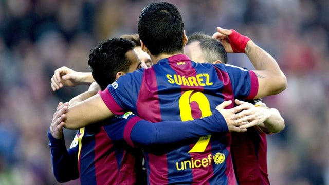 Die Barcelona-Spieler um Luis Suárez feiern den klaren Sieg gegen Cordoba.