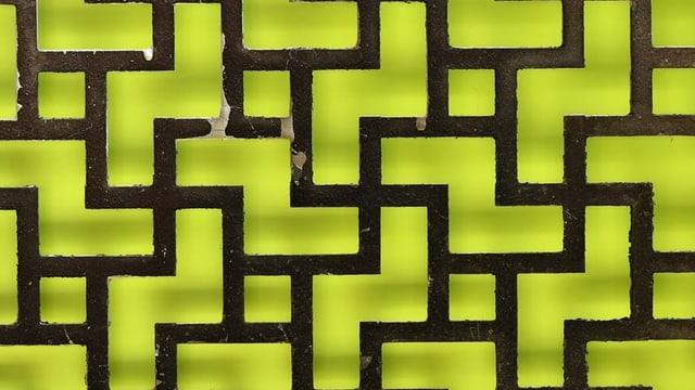 Gitter mit einem Muster, das Nazikreuze darstellt