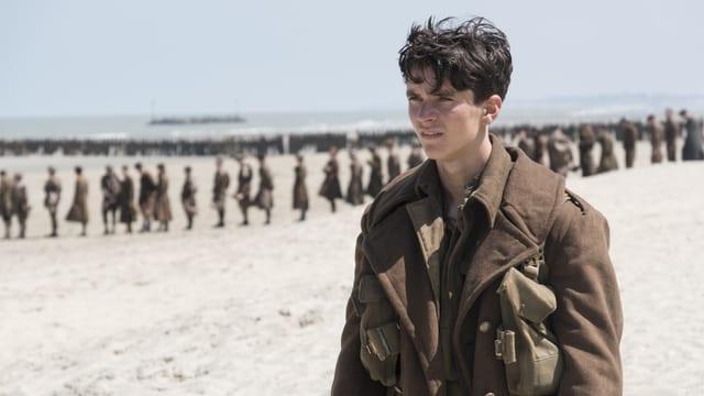 Soldaten warten in einer Schlange am Strand von Dünkirchen auf ihre Evakuierung.