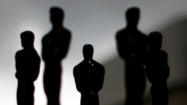 Dunkle Silhouetten von Oscar-Statuetten.