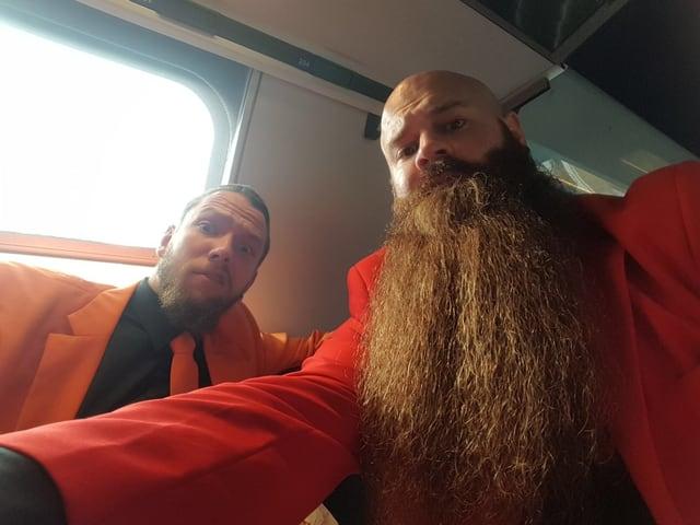Der Anzug sitzt bei Lukas und Martin bereits auf der Anreise im Zug.