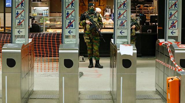 Ein Polizist hinter einem Metro-Zugang in Brüssel.