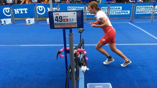 Nicola Spirig geht auf die Laufstrecke.