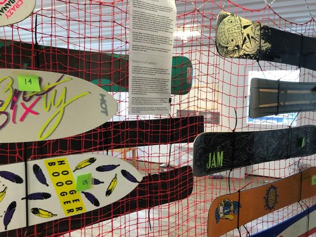 Snowboards hängen an einem Netz