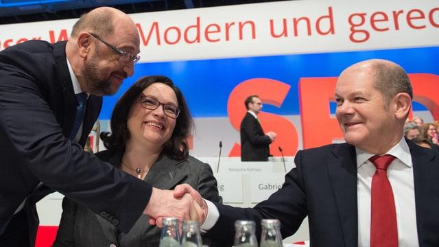 Schulz, Nahles und Scholz, Schulz gibt Scholz die Hand.