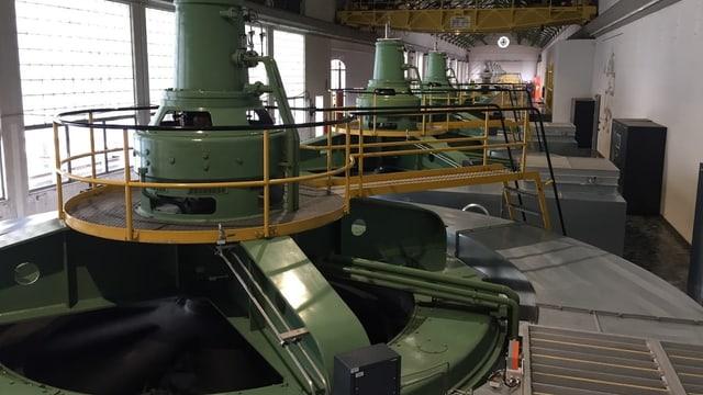 Das Maschinenhaus mit den riesigen grünen Generatoren.