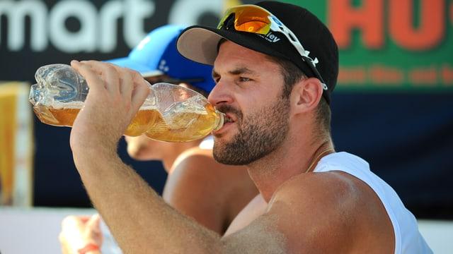 Sébastien Chevallier trinkt aus einer Flasche.