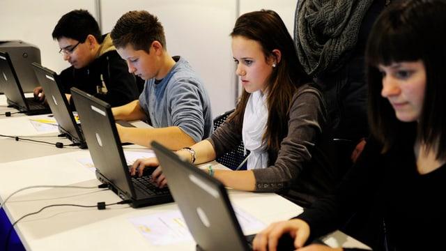 Jugendliche verschaffen sich einen Einblick in verschiedene Berufe, an der Berufsmesse.