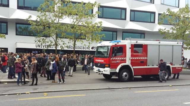 Feuerwehrauto und Studenten vor der Uni Luzern