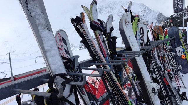 Ski an einem Ständer vor dem Bergrestaurant.