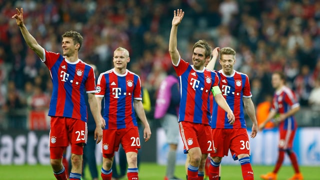 Ils giugaders dal FC Bayern München celebreschan ensemen cun ils fans la victoria encunter Porto.