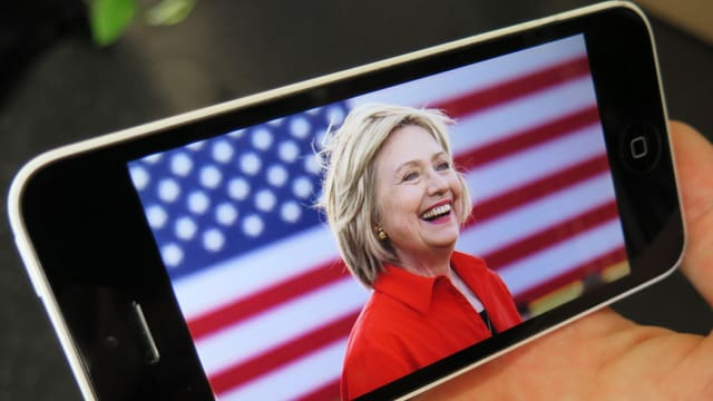 Hillary Clinton auf einem Iphone-Bildschirm.