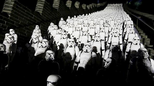 Figuren aus dem Star Wars-Film stehen auf der chinesischen Mauer.