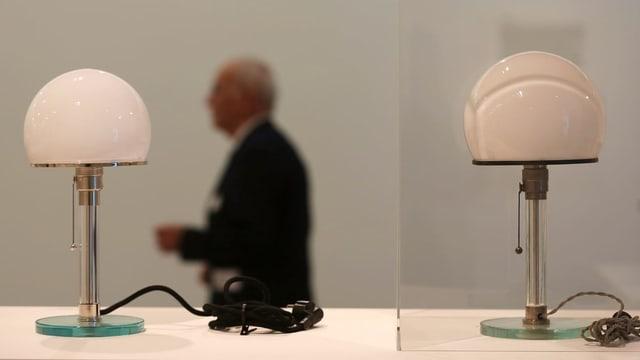 Zwei Lampen in einer Ausstellung.