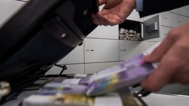 Banknoten und ein Schliessfach