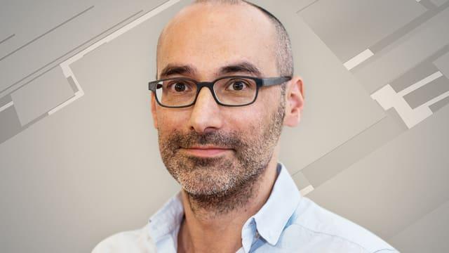 Mann mit Dreitagebart, Brille und Glatze.