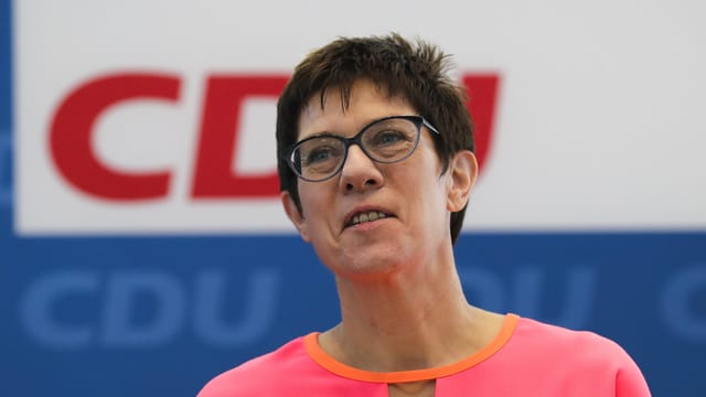 Annegret Kramp-Karrenbauer in Nahaufnahme.