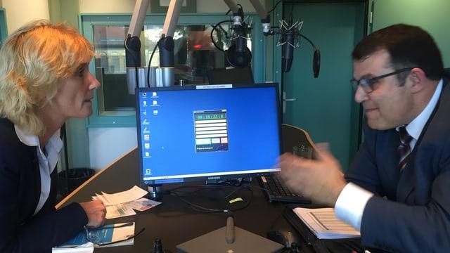 Eine Frau und ein Mann diskutieren heftig in einem Radiostudio.