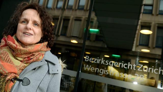 Iris Ritzmann vor dem Eingang des Bezirgsgerichts Zürich an der Wengistrasse.