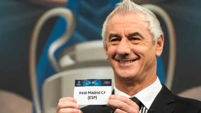 Ian Rush hält bei der Auslosung einen Zettel mit der Aufschrift Real Madrid in die Luft.