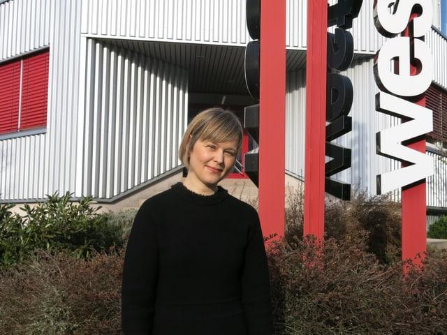 Anna Aebischer-Imfeld steht vor dem Haupteingang der Westiform in Niederwangen.
